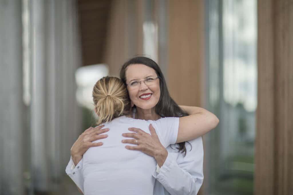 Хелена Пуонти обнимает пациента